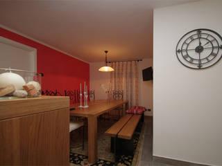 Taverna in rosso tra svago e relax Piscina eclettica di Forme per Interni Eclettico