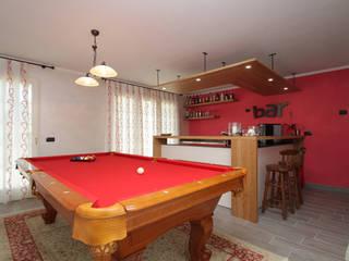 Taverna in rosso tra svago e relax Soggiorno eclettico di Forme per Interni Eclettico