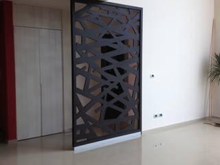 Vestíbulos, pasillos y escaleras de estilo  por Uku Celosias