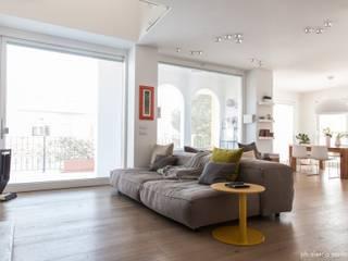 House 090: Soggiorno in stile in stile Minimalista di COOLSTOODIO