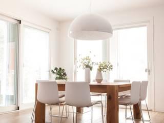 House 090: Sala da pranzo in stile in stile Minimalista di COOLSTOODIO