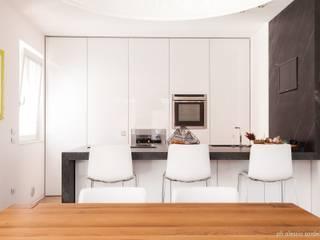 House 090: Cucina in stile in stile Minimalista di COOLSTOODIO