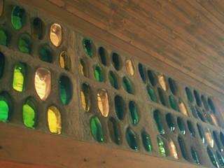 Sektflaschenwand:   von Architektur con Terra