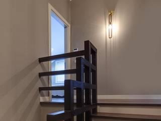 Couloir, entrée, escaliers de style  par NUUN MİMARLIK