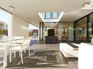 Balcones y terrazas modernos de OKAL Haus GmbH Moderno