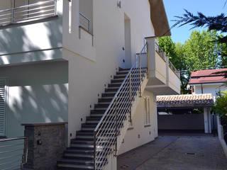 Scala laterale d'ingresso:  in stile  di Studio Tecnico Architettura Bazzocchi