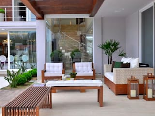 Tropical style balcony, veranda & terrace by Marcelo John Arquitetura e Interiores Tropical