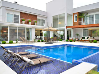 Pool by Marcelo John Arquitetura e Interiores, Tropical