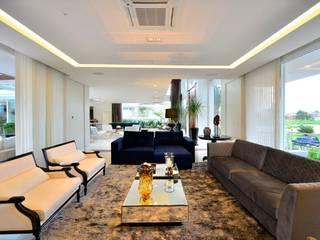 Residencia Unifamiliar: Salas de estar  por Marcelo John Arquitetura e Interiores,Tropical
