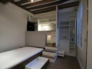 Studio malin de 17m2: Chambre de style  par atelier instant t