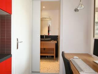 Urba studio: Couloir et hall d'entrée de style  par atelier instant t