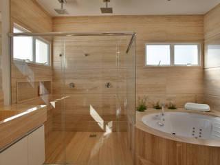 Casa Piracicaba: Banheiros  por Arquiteto Aquiles Nícolas Kílaris