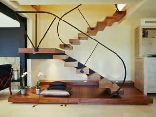 Pasillos, vestíbulos y escaleras  de estilo  por Ojinaga