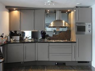 Keukenkastjes verven in onze keukenspuiterij | na het spuiten:   door Eurobord Keukenspuiterij en Meubelspuiterij