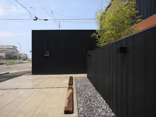 yakisugi no IE(焼杉の家) モダンな 家 の スミカデザインオフィス モダン
