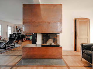 Der neue Kamin aus Kupferblech – Das Herzstück des Umbaus:  Wohnzimmer von Ingo Schrader Architekt BDA