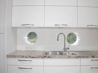 Glaskörper für Beleuchtung der Arbeitsplatte:  Küche von Architekturbüro Reinhard Paul Groszmann