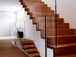 Modern Corridor, Hallway and Staircase by Füglistaller Architekten AG Modern