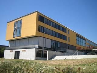 Escolas modernas por Ingenieurbüro Putschli Moderno