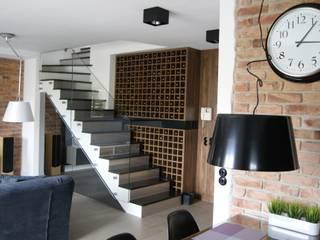 Mieszkanie w męskim wydaniu Nowoczesny salon od RED design Nowoczesny