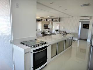 Projeto Residencial em Itapema, SC-BR. Apartamento de Praia.: Cozinhas  por Gabriela Herde Arquitetura & Design