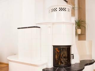 Warmluft- Kachelofen: moderne Wohnzimmer von Kaminbau Schulz