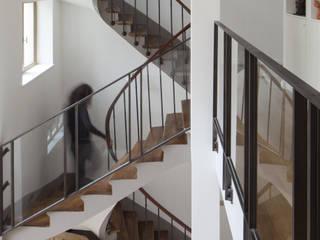 MAISON Z Couloir, entrée, escaliers modernes par Atelier architecture située Moderne