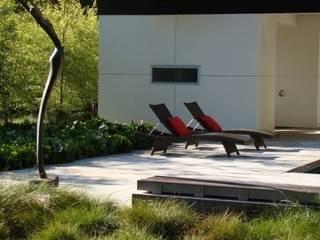 Aussenanlage mit Pool nähe Mainz Moderner Balkon, Veranda & Terrasse von Ecologic City Garden - Paul Marie Creation Modern