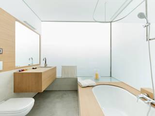 Baños de estilo minimalista por Your Architect London