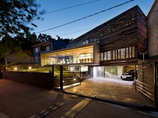 dezanove house designed by iñaki leite - front view at twilight モダンデザインの ガレージ・物置 の Inaki Leite Design Ltd. モダン