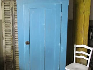 Antieke eendeurs kast in blauw:   door Were Home, Rustiek & Brocante