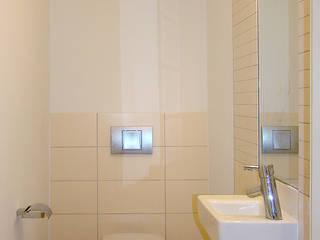 Sanierung und Umbau eines Miethauses in Berlin ( Prenzlauer Berg): moderne Badezimmer von soederarchitect