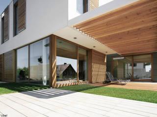 Balcones y terrazas minimalistas de PRACOWNIA 111 Minimalista