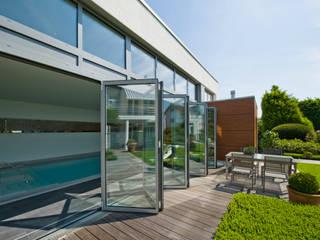 Leichtigkeit durch elegantes Design: moderne Fenster & Tür von Solarlux GmbH