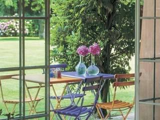 Emu Arc en Ciel Klapptische & Klappstühle: klassischer Balkon, Veranda & Terrasse von homify