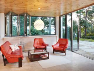 Glas-Faltwand  - teilgeöffnet mit Blick zum See: landhausstil Fenster & Tür von Solarlux GmbH
