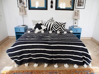 Georgeous Bedroom with Moroccan Pom Pom Blanket and stylish Black&White Cushions: mediterranean  by M.Montague Souk, Mediterranean