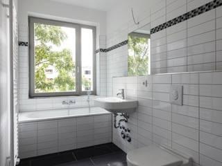 Brunnenstrasse 141 A, 10115 Berlin, Haus an der Mauergedenkstätte: moderne Badezimmer von Becker + Hofstätter, Projektsteuerung und Controlling GmbH & Co. KG