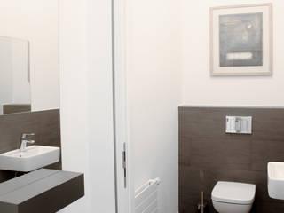 Patienten-WC mit Spiegelablage im Vorraum:  Praxen von Oedekoven Design
