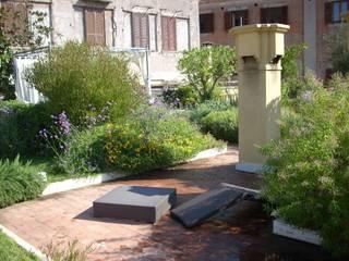 Da Piazza di Spagna al Cupolone: Terrazza in stile  di VerdeMaVerde snc