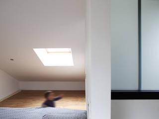 MAISON EYS: Chambre de style  par BIENSÜR Architecture