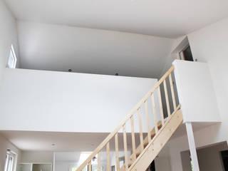 MAISON EYS: Couloir et hall d'entrée de style  par BIENSÜR Architecture