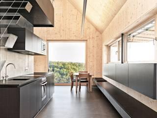 Maison bois: Cuisine de style  par Archiconfort