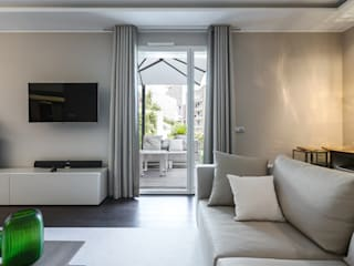 The interior demonstrates an idea of relaxing in a space where everything is subordinated to functionality. Interior design of a residence in Monte-Carlo. Soggiorno moderno di NG-STUDIO Interior Design Moderno