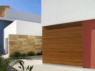 Prospetto Anteriore: Ingresso & Corridoio in stile  di Arch. Gianpiero Conserva