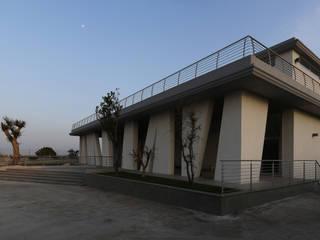 P4 Energy Headquarters Riconversione di un rustico in cemento armato nella nuova sede degli uffici di una società operante nel campo delle energie alternative di Cibelli+Guadagno architetti associati Minimalista