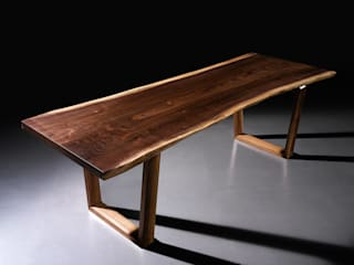 Walnut Slab Table: Moon studio의 현대 ,모던