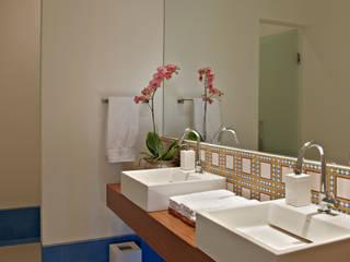 Baños de estilo clásico de Anaíne Vieira Pitchon Arquitetura e Interiores Clásico