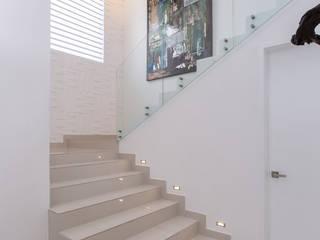 Grupo Arsciniest Pasillos, vestíbulos y escaleras de estilo minimalista