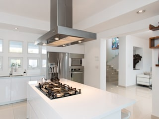 Minimalist kitchen by Grupo Arsciniest Minimalist